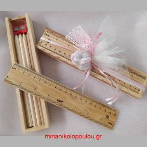 κωδ. D-K001 Μπομπονιέρα Βάπτισης Κασετίνα ξύλινη (22Χ4εκ.) με ξύλινο χάρακα, 8 μπογιές & ξύστρα, 5 κουφέτα δεμένα σε 2πλό τούλι (24εκ) με κορδέλα σατέν & δαντέλα. Για 50 τεμ. 3,15 €/τεμ.
