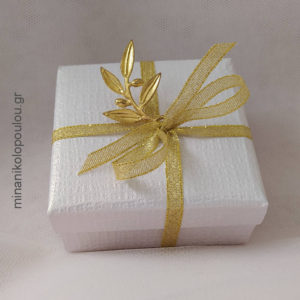 Κωδ. Β-100 Μπομπονιέρα Γάμου Κουτάκι (9x9x4εκ) με κλαδί ελιάς μεταλλικό (4εκ), 5 κουφέτα, δεμένη με κορδέλα χρυσή (0,6εκ). Χρώματα κουτιού: εκρού, λευκό. Για 50-150 τεμ. 2,40 €/τεμ. Χωρίς διακοσμητικό 1,90 €/τεμ.