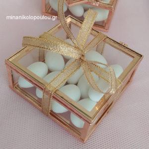 Κωδ. Β-110 Μπομπονιέρα Γάμου Κουτάκι γυαλί-μέταλλο (9x9x4εκ), 13 κουφέτα, δεμένη με κορδέλα χρυσή (0,6εκ). Κουτί σε χρυσό, ασημί, ροζ-χρυσό. Για 50-150 τεμ. 4,00 €/τεμ.