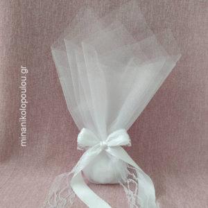 Κωδ. Κ-330 Μπομπονιέρα Γάμου Κλασσική, 5 κουφέτα σε 2 τούλια γαλλικά (50εκ), δεμένη με κορδέλες σατέν (2,5εκ) & δαντέλα (3,5εκ). Χρώματα: λευκό, εκρού. Για 50-150 τεμ. 2,00 €/τεμ.