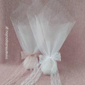 Κωδ. Κ-340 Μπομπονιέρα Γάμου Κλασσική, 5 κουφέτα σε 2 τούλια γαλλικά (50εκ), δεμένη με κορδέλα δαντέλα (4εκ). Χρώματα: λευκό, εκρού. Για 50-150 τεμ. 1,90 €/τεμ.