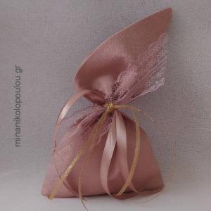 Κωδ. Ρ-200 Μπομπονιέρα Γάμου Πουγκί μυτερό σάπιο μήλο (14x28εκ), 5 κουφέτα, δεμένη με κορδέλες σατέν, χρυσές & δαντέλα. Χρώματα: σάπιο μήλο, άμμου, λευκό, εκρού. Για 50-150 τεμ. 2,40 €/τεμ.