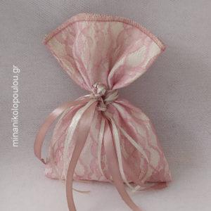 Κωδ. Ρ-410 Μπομπονιέρα Γάμου Πουγκί Δαντέλα ντουμπλαρισμένη αάπιο μήλο (13x19εκ), 5 κουφέτα, δεμένη με κορδέλες σατέν. Χρώματα: λευκό, εκρού, μπεζ, μόκα, κλπ. Για 50-150 τεμ. 2,20 €/τεμ.