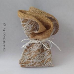 Κωδ. Ρ-500 Μπομπονιέρα Γάμου Λινάτσα-δαντέλα (44εκ), 5 κουφέτα, δεμένη με σχοινάκι. Για 50-150 τεμ. 2,40 €/τεμ.