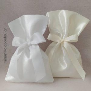 Κωδ. Ρ-600 Μπομπονιέρα Γάμου Πουγκί σατέν (13χ19εκ), 5 κουφέτα, δεμένη με κορδέλα γκρο. Χρώματα: λευκό, εκρού. Για 50-150 τεμ. 2,00 €/τεμ.