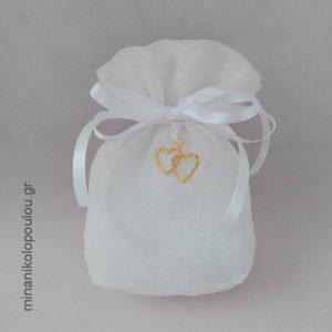 Κωδ. Ρ-700 Μπομπονιέρα Γάμου Πουγκί κολαρισμένη γάζα (13x11εκ) με Καρδιές μεταλλικές (2εκ), 5 κουφέτα, δεμένη με κορδέλες σατέν. Πουγκί σε διάφορα χρώματα. Για 50-150 τεμ. 2,10 €/τεμ. Χωρίς διακοσμητικό 1,90 €/τεμ.