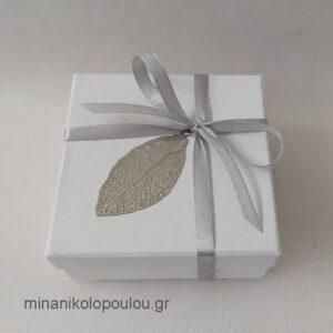Κωδ. Β-101 Μπομπονιέρα Γάμου Κουτάκι (9x9x4εκ) με φύλλο μεταλλικό (4εκ), 5 κουφέτα, δεμένη με κορδέλα σατέν (0,6εκ). Χρώματα κουτιού: εκρού, λευκό. Για 50-150 τεμ. 2,30 €/τεμ. Χωρίς διακοσμητικό 1,80 €/τεμ.
