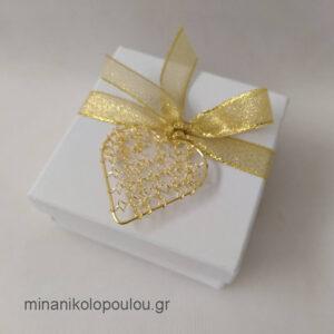 Κωδ. Β-102 Μπομπονιέρα Γάμου Κουτάκι (9x9x4εκ) με καρδιά μεταλλική (4εκ), 5 κουφέτα, δεμένη με κορδέλα χρυσή (0,6εκ). Χρώματα κουτιού: εκρού, λευκό. Για 50-150 τεμ. 2,30 €/τεμ. Χωρίς διακοσμητικό 1,80 €/τεμ.