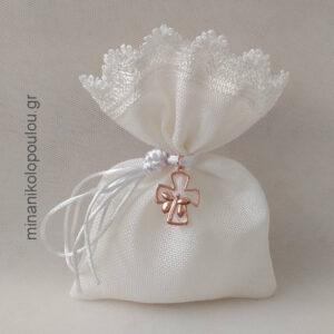 Κωδ. Ρ-103 Μπομπονιέρα Γάμου Πουγκί καμβάς με τελείωμα δαντέλα (14x19εκ) & μεταλλικό διακοσμητικό (2,5εκ), με 5 κουφέτα, δεμένη με μεταξωτό κορδόνι. Χρώματα: λευκό, εκρού, γκρι, καφέ, μπεζ. Για 50-150 τεμ. 2,80 €/τεμ. Χωρίς διακοσμητικό 2,40 €/τεμ.